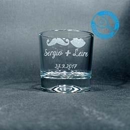 Un detalle original para regalar a los invitados el día de tu boda. Vasos de chupito personalizados.