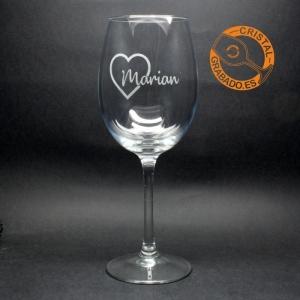 Copa de vino grabada con nombre y dibujo corazón